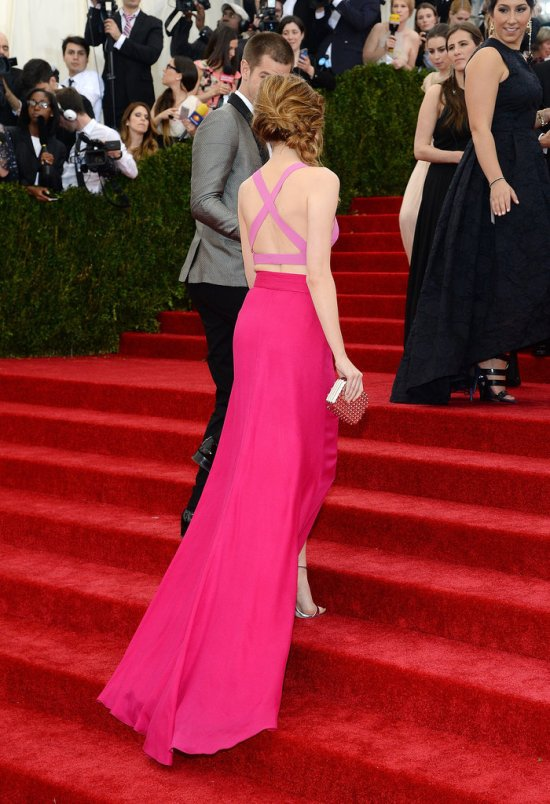 Andrew-Garfield-offered-Emma-Stone-his-hand